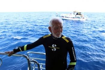 Cụ ông lập kỷ lục thợ lặn lớn tuổi nhất thế giới