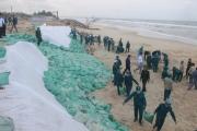 Bờ biển sạt lở nặng được gia cố tạm bằng bao cát