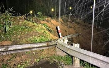 Cả ngàn khối đất đá đổ xuống đường, quốc lộ 26 ách tắc nghiêm trọng
