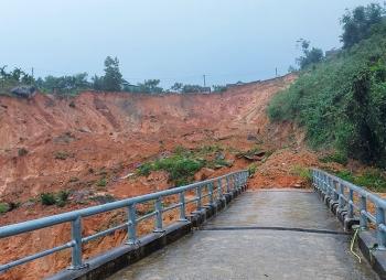 Sạt lở kinh hoàng ở Quảng Ngãi, khẩn cấp di dời dân