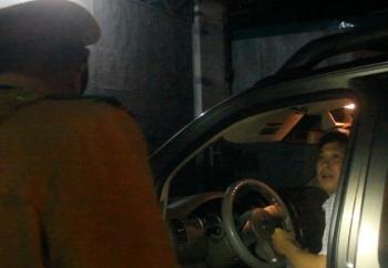 chay xe loang choang con co dao tau tai xe bi phat 35 trieu dong