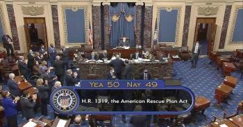 Thượng viện Mỹ họp xuyên đêm duyệt chi 1.900 tỷ trợ cấp Covid-19