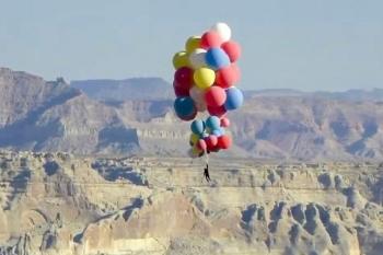 Nghệ sĩ bay lên độ cao 7.300 mét nhờ một chùm bóng bay