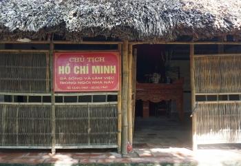 Thăm nhà lưu niệm Bác Hồ ở xã Cần Kiệm