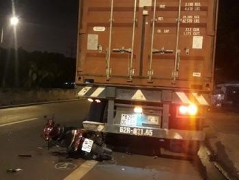 long an tu tong vao duoi xe container mot nguoi bi thuong nang