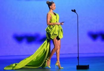 Nicole Richie diện váy NTK Công Trí trên thảm đỏ VMAs